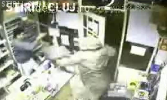 Hoti ghinionisti. Vanzatorii dintr-un magazin au snopit in bataie doi tineri care incercau sa dea un jaf -  VIDEO