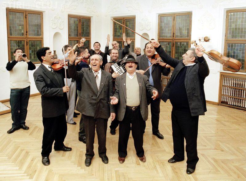 Taraf de Haidouks din Clejani canta de la ora 21.30 la IRAF Cluj