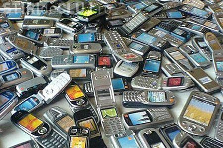 Hoti de telefoane mobile prinsi de politisti! Intre ei si doi minori