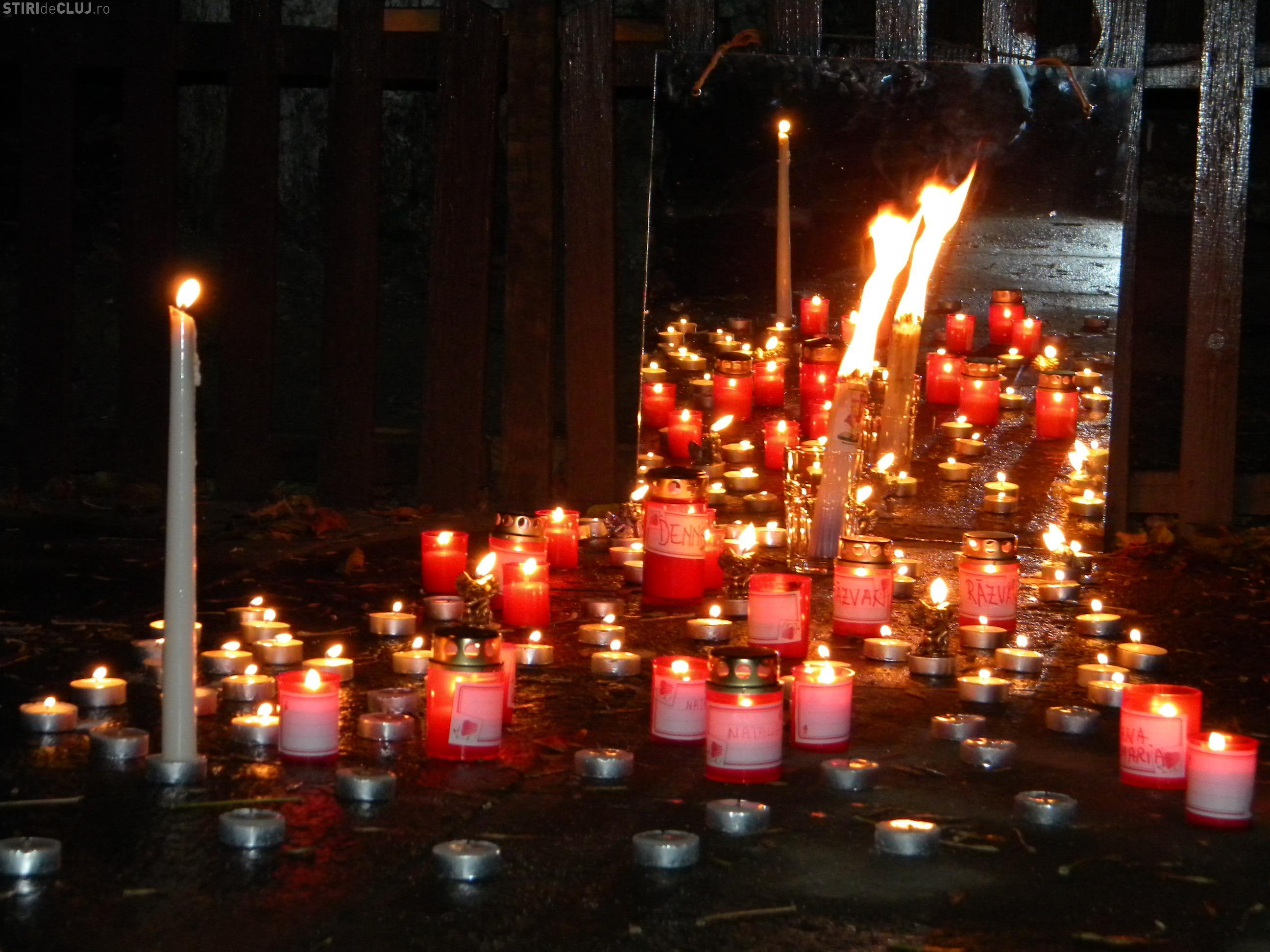 Parintii care si-au pierdut copiii au aprins lumanari in curtea Muzeului Etnografic FOTO