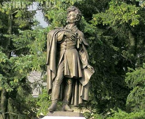 """Statuia lui Petofi Sandor a fost amplasata in comuna Mihai Viteazu, cu toate ca s-a spus """"sa fie taiata pentru ca e prea inalta"""""""