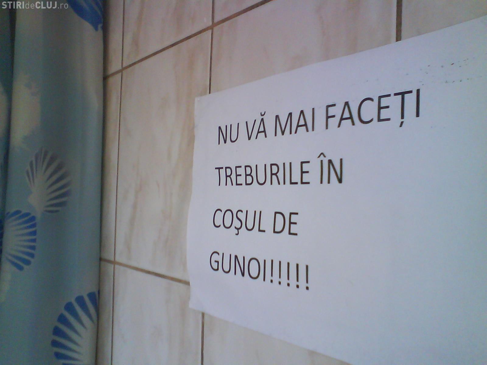 """""""Nu va mai faceti treburile in cosul de gunoi!"""" - Mesaj pentru studentele din caminele campusului Hasdeu FOTO"""