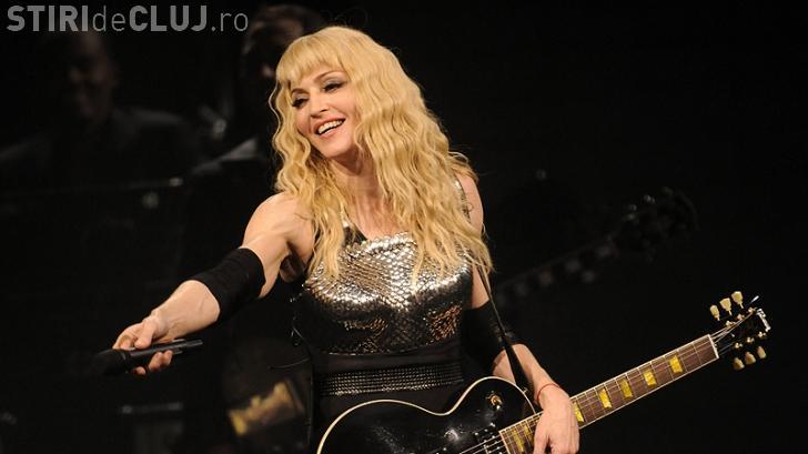 Madonna le-a aratat fundul fanilor prezenti la un concert in Roma VIDEO