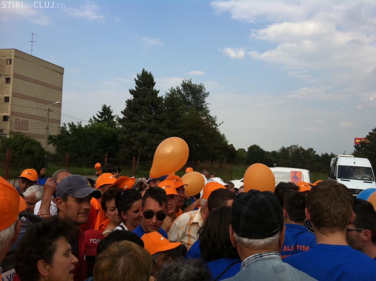 Sustinatorii PDL s-au imbulzit pentru a primi tricouri si baloane VIDEO