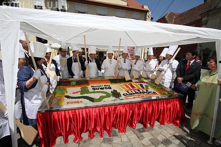 Cel mai mare bibimbap din Romania, o mancare coreeana, va fi preparat in Piata Muzeului FOTO