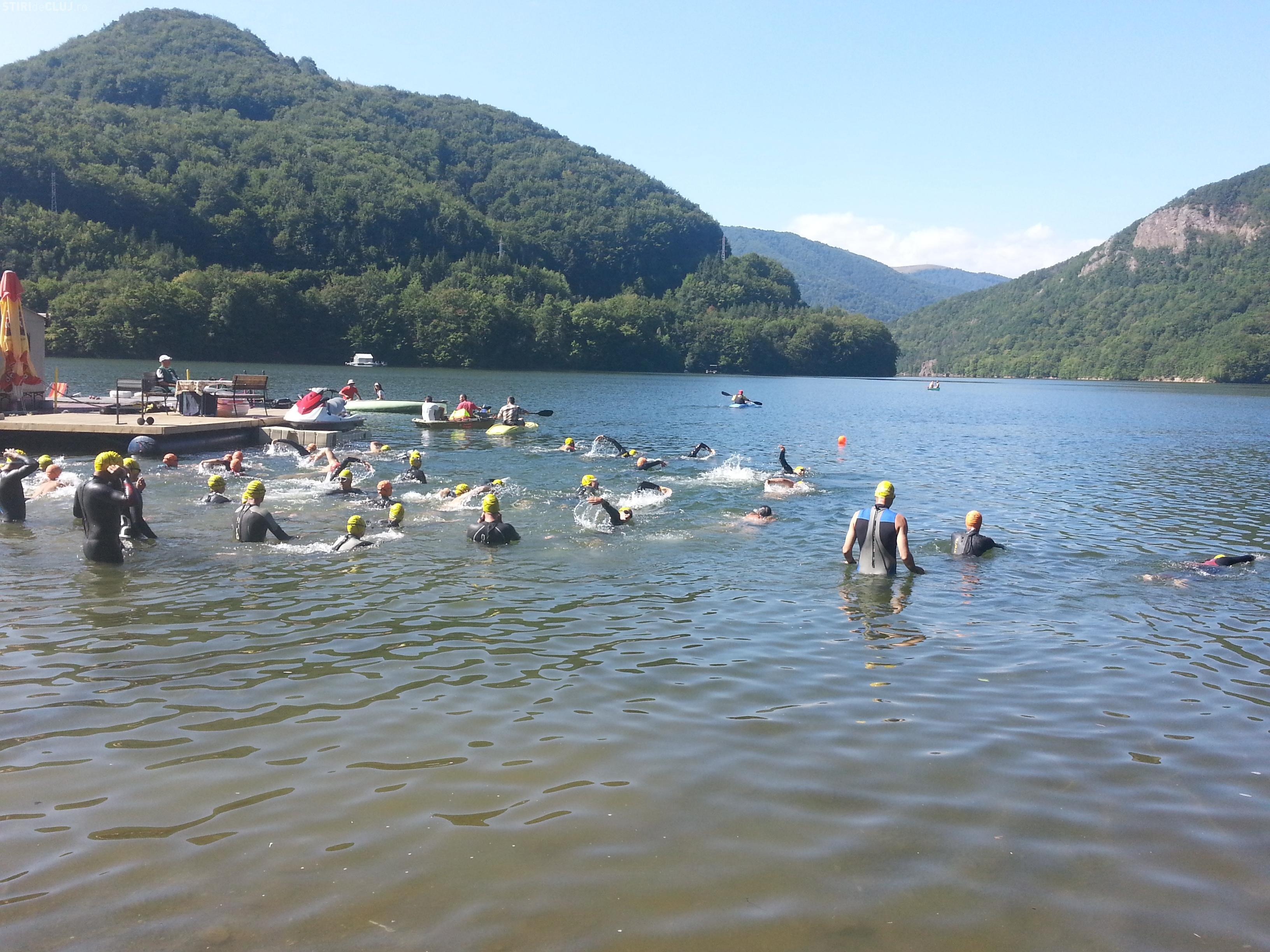 Copiii de 7 ani şi bătrânii de 66 au luat cu asalt lacul Tarniţa. S-au  întrecut la concurs de înot FOTO - Ştiri de Cluj