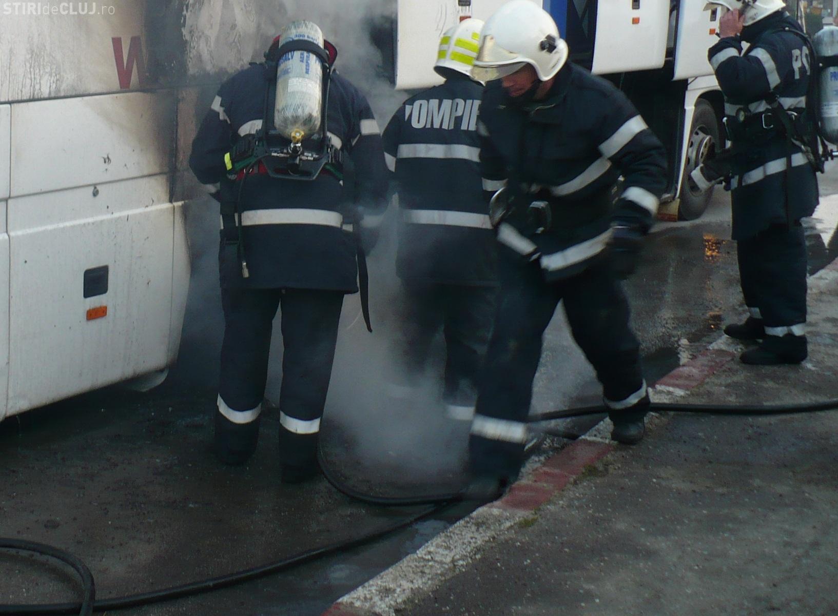 Un TIR a luat foc pe Autostrada Transilvania! În TIR erau spray -uri, care au explodat
