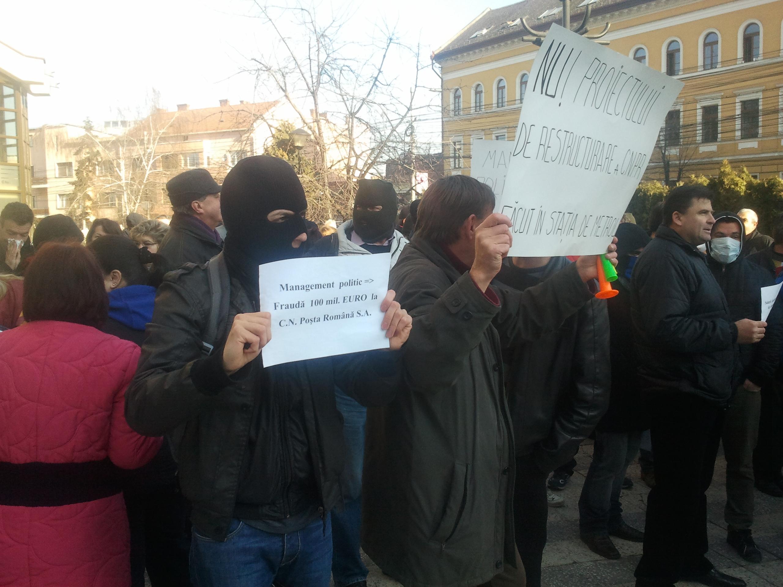 Poștași mascați protestează în fața Prefecturii Cluj - VIDEO și FOTO
