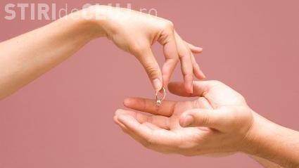 Și-a pierdut inelul de logodnă cu diamant, după ce l-a dat pomană, din greșeală, unui om al străzii - VIDEO