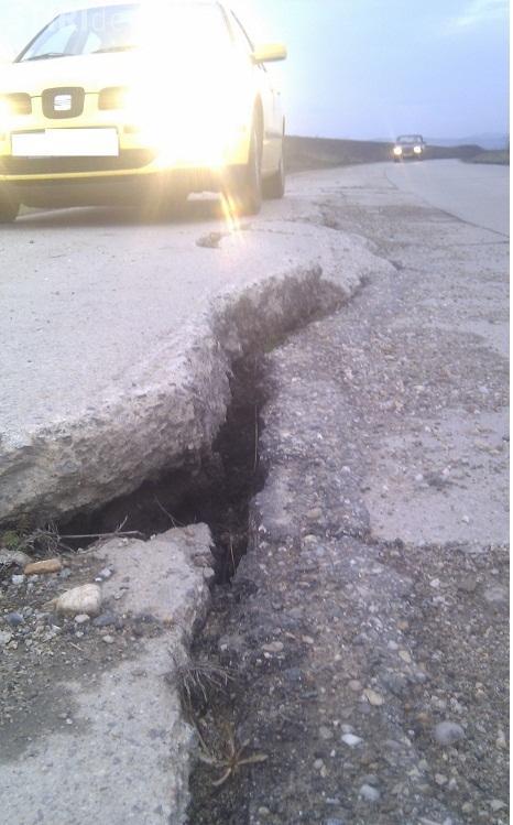 Drumul din Răscruci arată ca după cutremur. Șefii județului se fac că plouă - FOTO