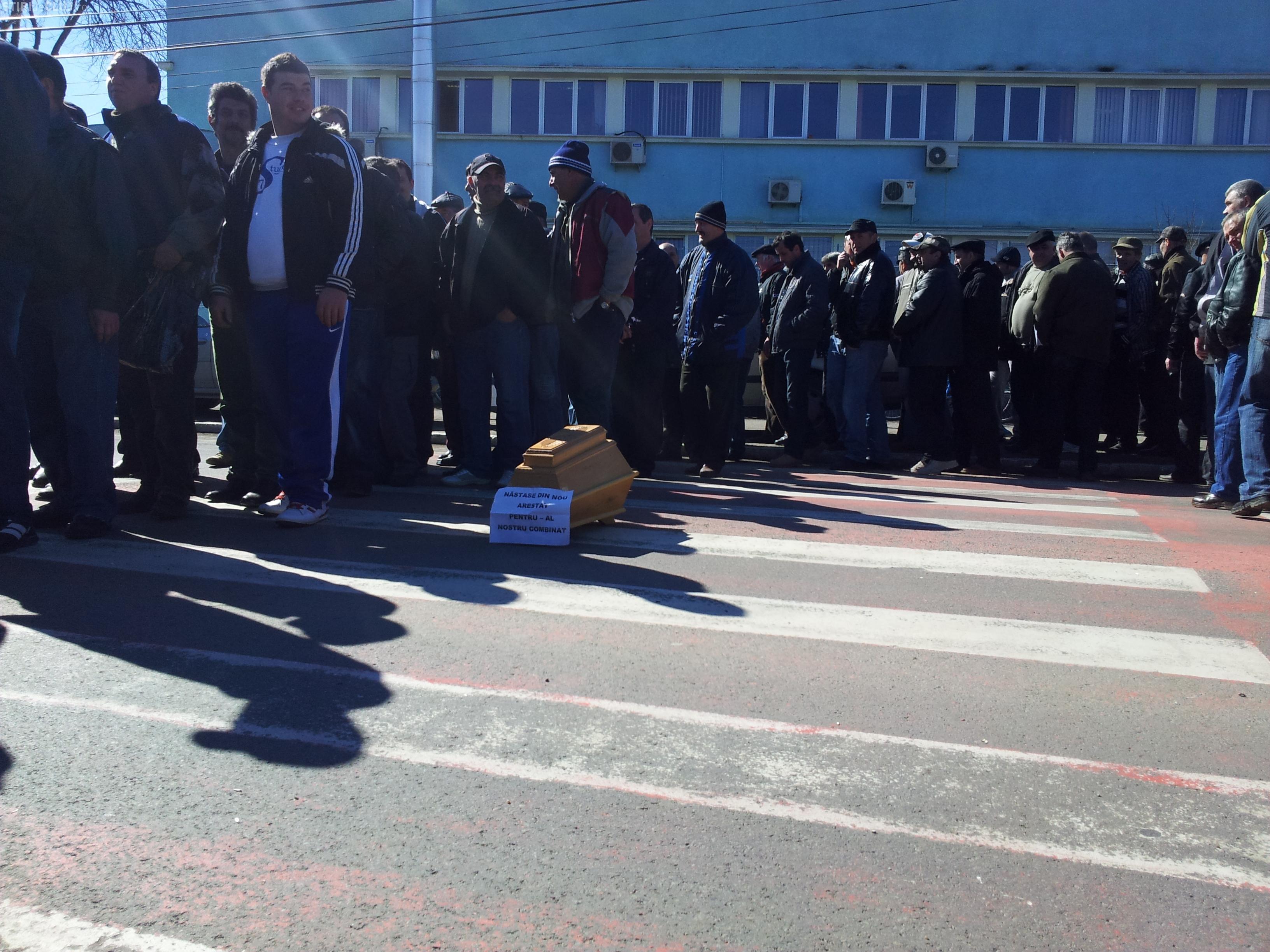 Protestatarii de la Mechel Câmpia Turzii au înmormântat fabrica cu sicriu, lumânări şi o coroană de flori