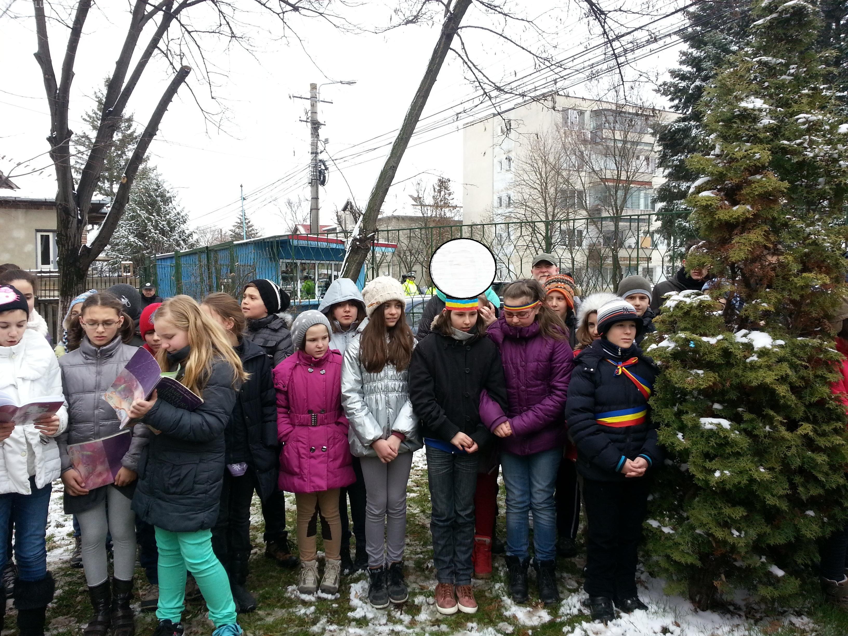 """Eleve din Cluj cu bentiță tricoloră pe cap. S-a întâmplat la Liceul """"Onisifor Ghibu"""" - FOTO"""