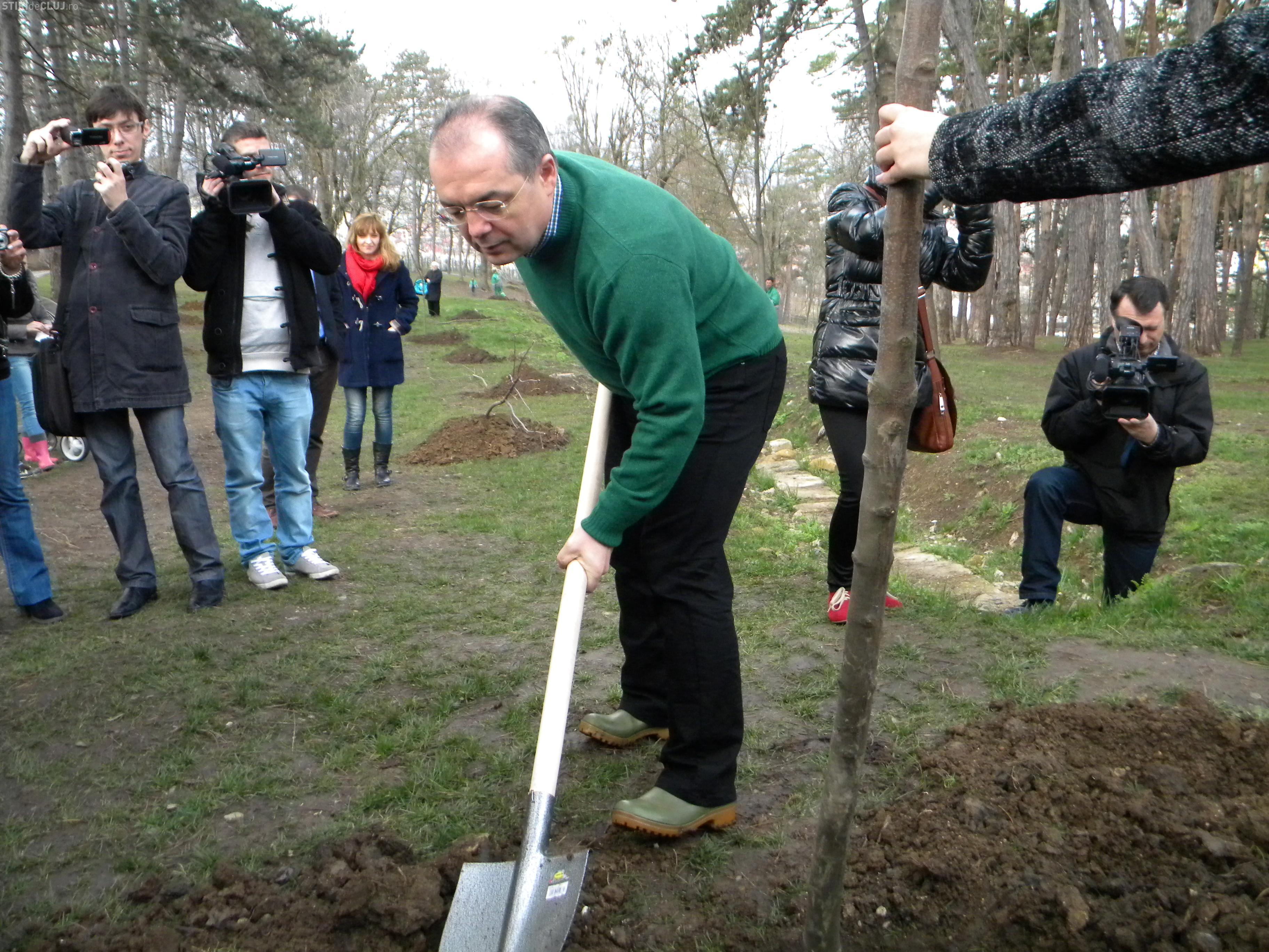 """Emil Boc a plantat copaci în parcul Iuliu Prodan din Zorilor: """"Continuăm proiectul Un bebe, un arbore!"""" - FOTO și VIDEO"""