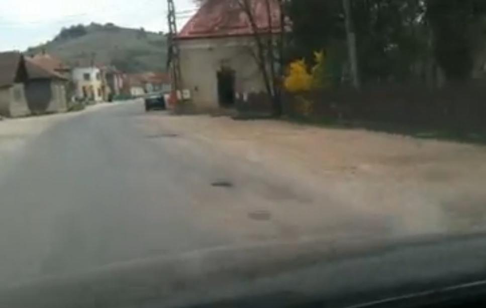 Cratere şi în Vlaha. Drumul este de interes turistic naţional şi a fost preluat de CNADNR. Ar putea vedea ASFALT NOU - VIDEO
