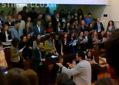 Serenade la UMF Cluj - Studenții au cântat la Clinicile Medicală 3 și Chirugie 3 - VIDEO
