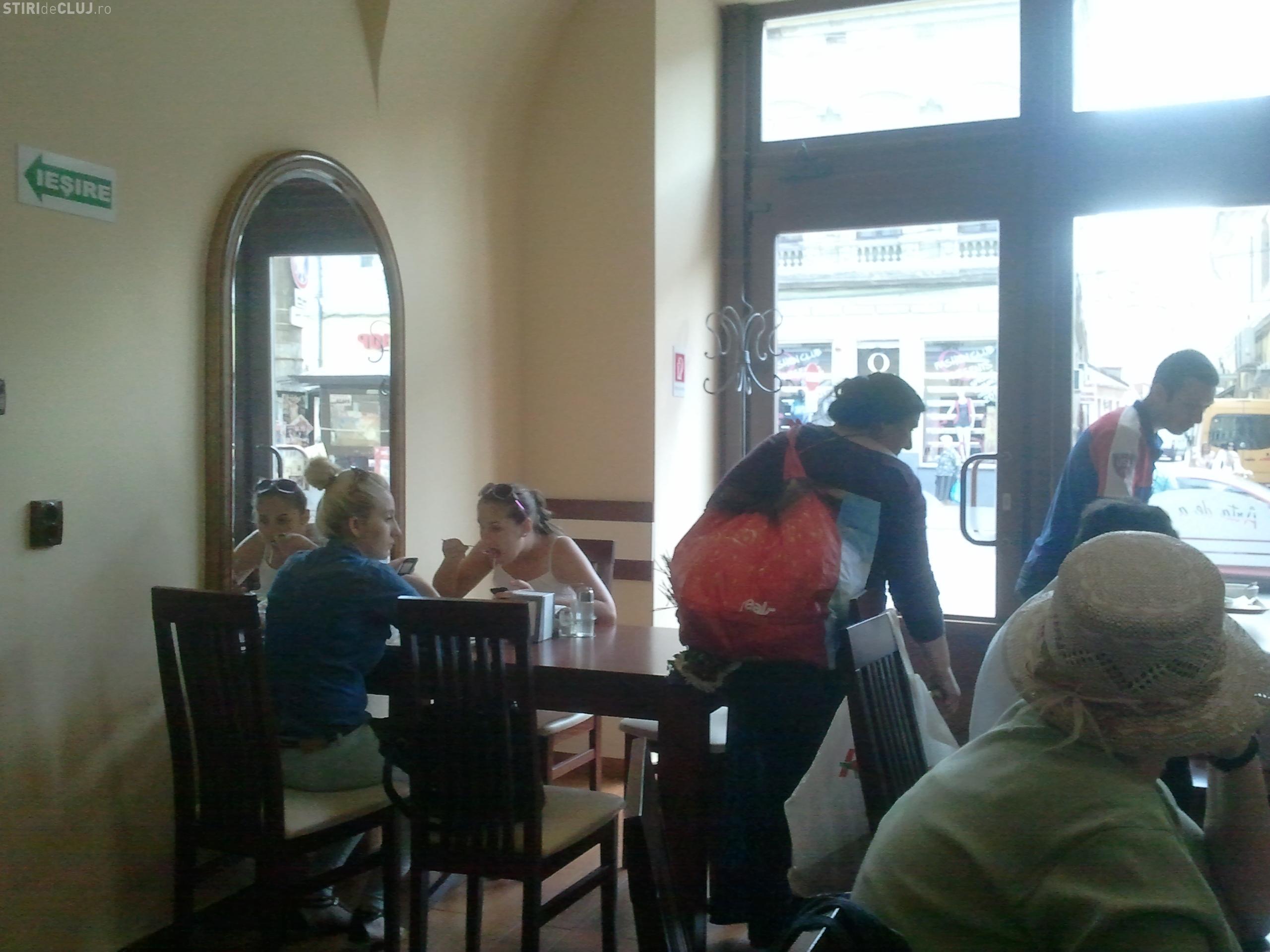 Țiganii și-au făcut cuib la Memo 10. Cerșesc mâncare și bani de la clienți - FOTO