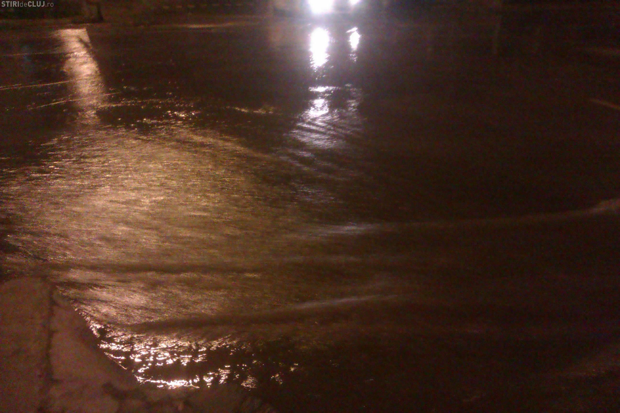 Inundație pe strada Septimiu Albini: Au spart strada până când au făcut praf conductele - VIDEO și FOTO