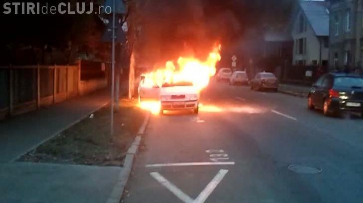O mașină a luat foc în Grigorescu. Transporta mai mulți copii la școală - FOTO