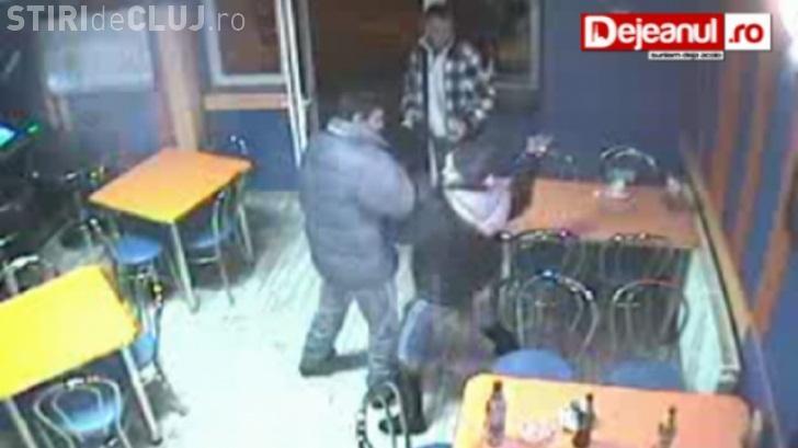 O femeie din Dej a băut câteva beri și a bătut o barmaniță - VIDEO CAMERĂ DE SUPRAVEGHERE