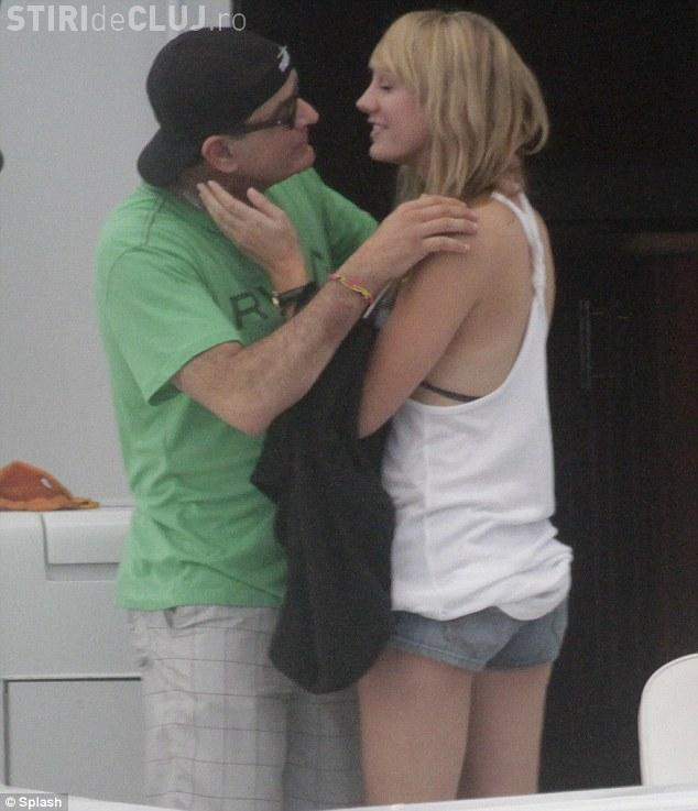Controversatul actor Charlie Sheen s-a căsătorit cu o actriță de filme pentru adulți