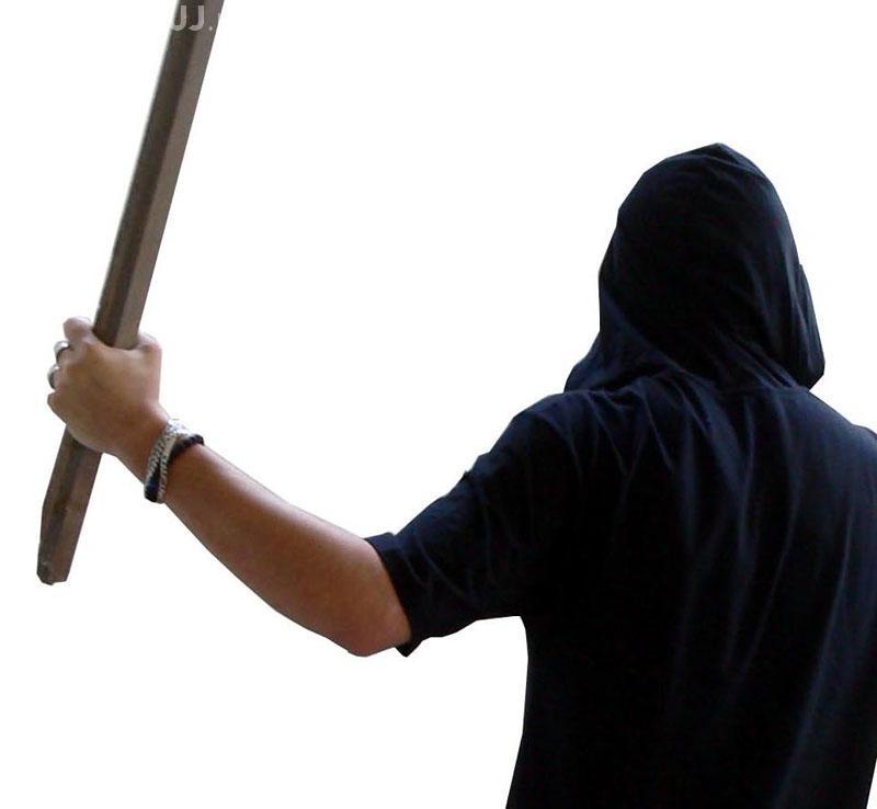 Scandal pe strada Victor Papilian! Un bărbat a fost bătut în propria curte de 3 agresori