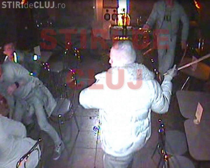 Atac cu SABIA în club Romantic! VIDEO ȘOC - Una dintre victime a fost SCALPATĂ