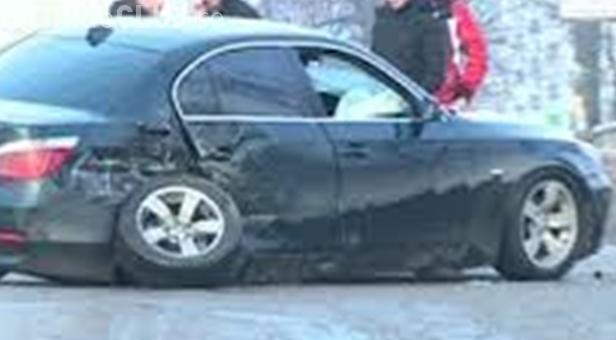 """Șoferul unui BMW și-a """"rupt"""" bolidul într-un crater dn Piața Gării. Primăria Cluj-Napoca plătește reparațiile"""
