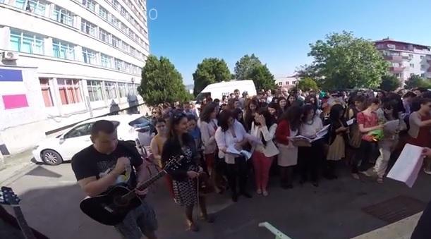 Serenade la UMF Cluj! Studenții absolvenți le-au cântat profesorilor - VIDEO