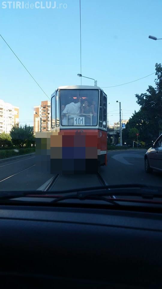 Așa se CĂLĂTOREȘTE la Cluj cu tramvaiul! Călare pe tamponul tramvaiului ca în India - FOTO