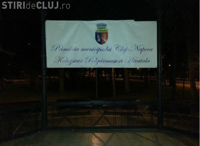 Inscripție în limba maghiară amplasată ILEGAL în Parcul Central - FOTO