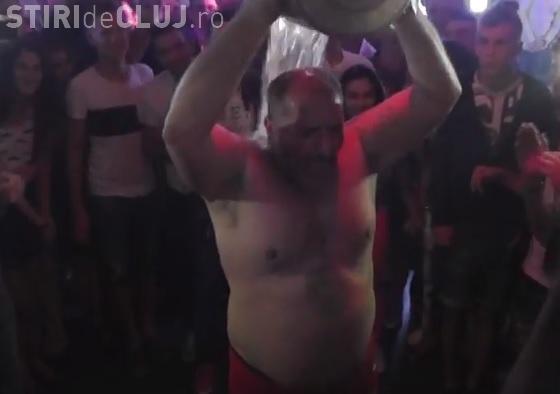 Nelson Mondialu a șocat ORADEA! Și-a turnat șampanie cu gheață în cap, într-un club - VIDEO