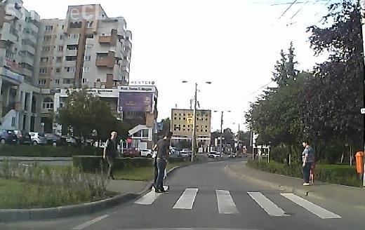 Un clujean a oprit mașina în stradă pentru a ajuta un bătrân să traverseze - VIDEO