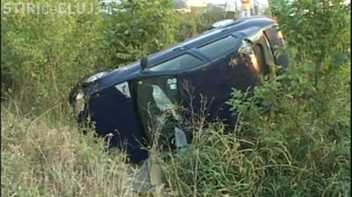 Accident rutier la Mănăstireni! Un șofer a intrat cu viteză în curbă și s-a răsturnat în șanț