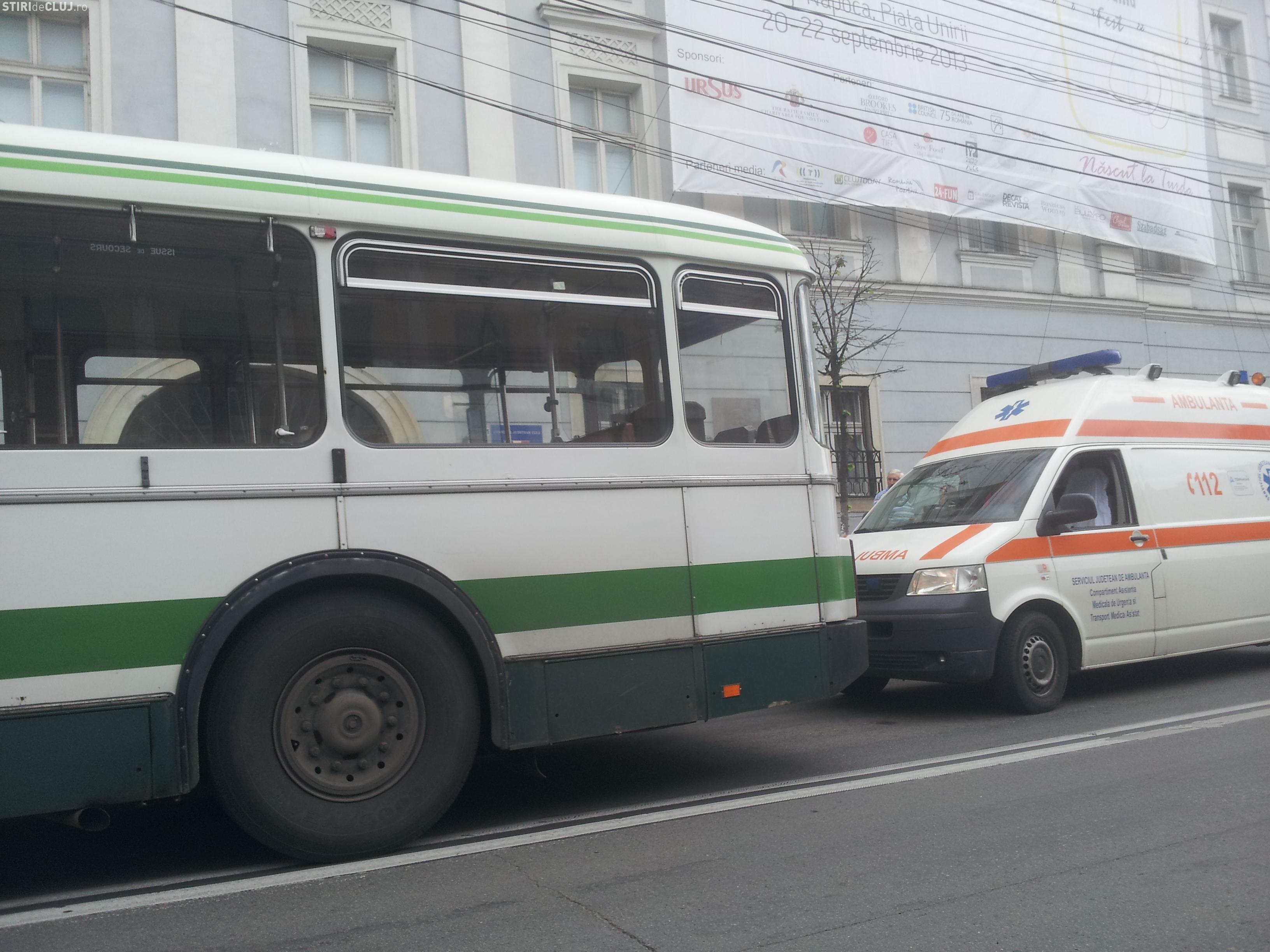 Clujeancă de 74 de ani rănită în timp ce mergea cu autobuzul. Șoferul a cauzat un accident