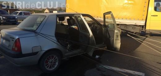 Accident cu patru victime la Nima. Un șofer a dărâmat un stâlp de electricitate cu Dacia VIDEO