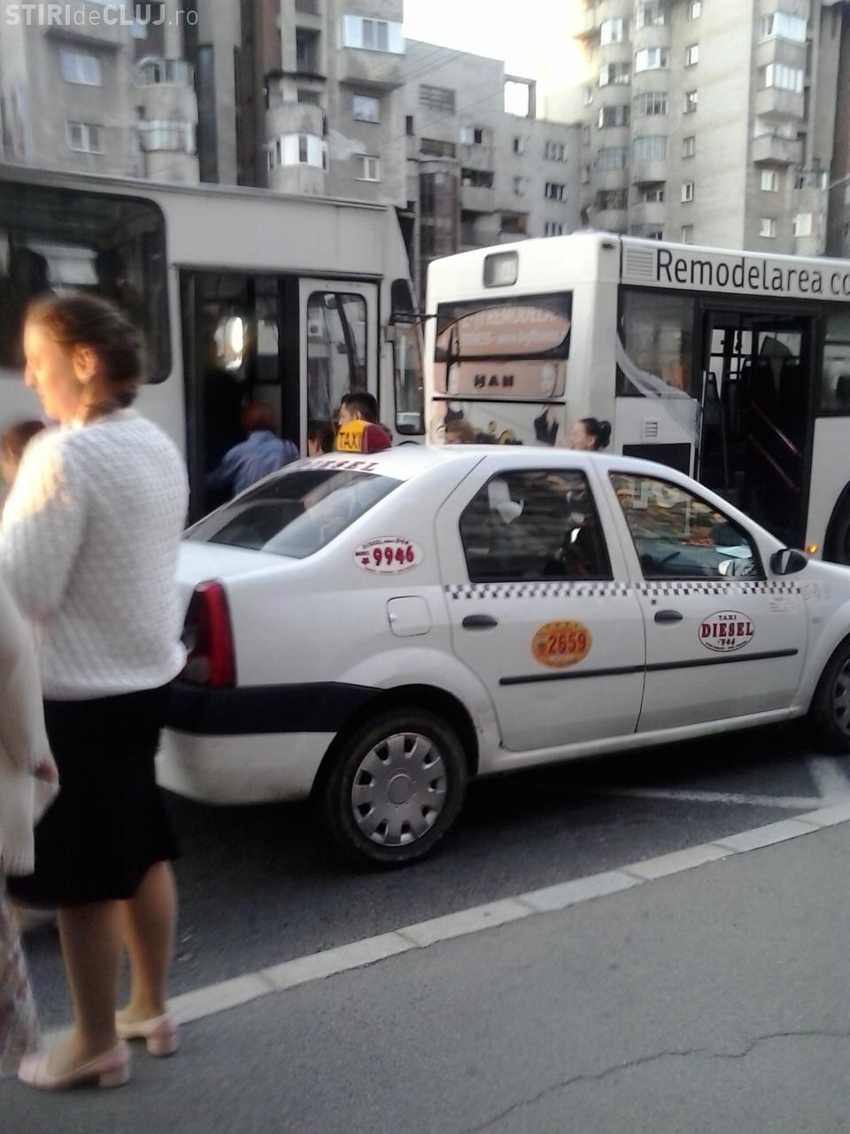 Cum propune un clujean să fie pedepsiți taximetriștii care parchează în stațiile de autobuz FOTO