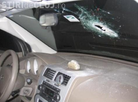 """Scandal într-o localitate clujeană. Un șofer s-a trezt că o """"veche cunoștiință"""" îi aruncă pietre în geam"""