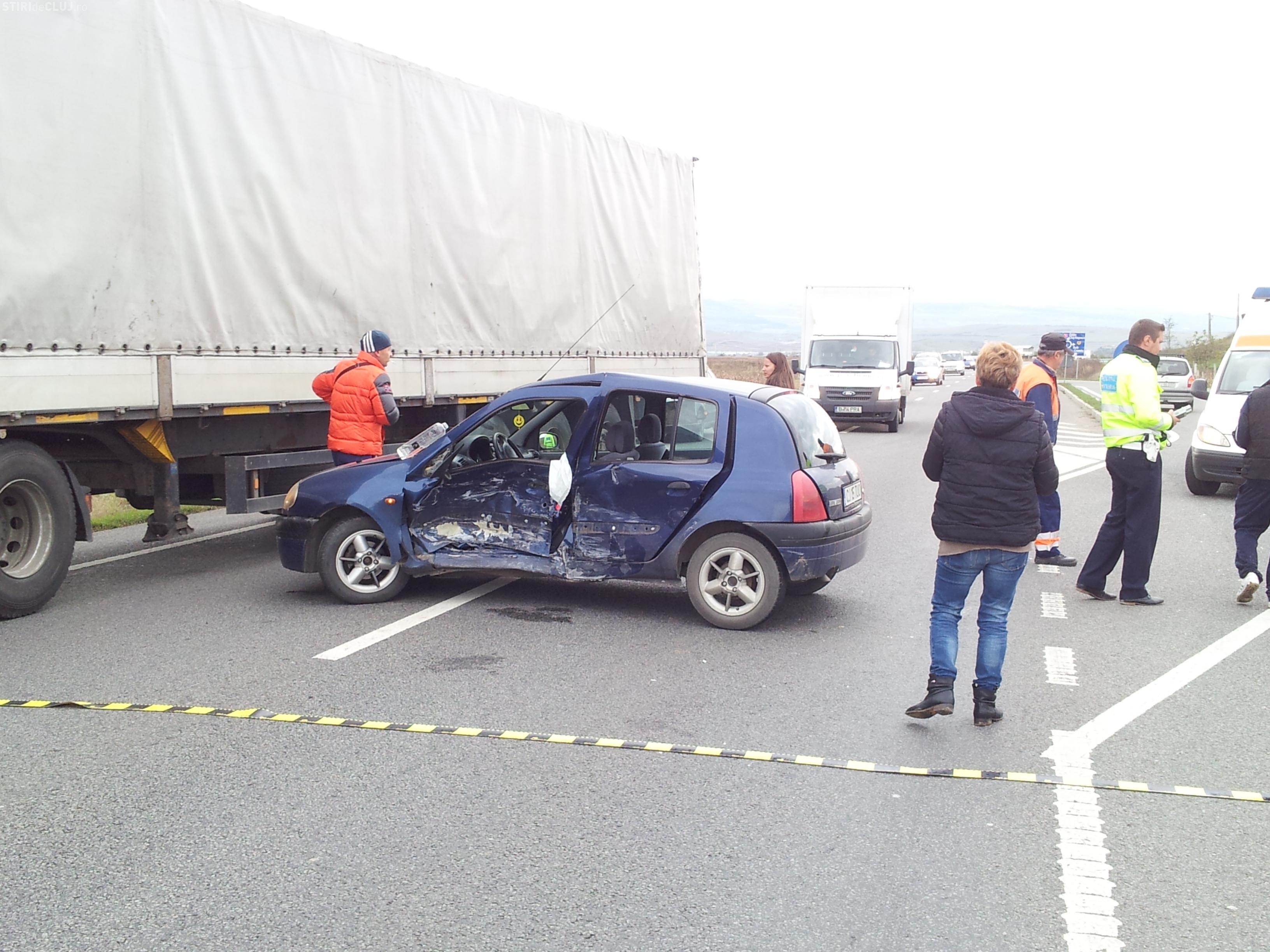 """Accident pe centura Apahida! O mașină a fost """"împinsă"""" de pe drum - FOTO"""