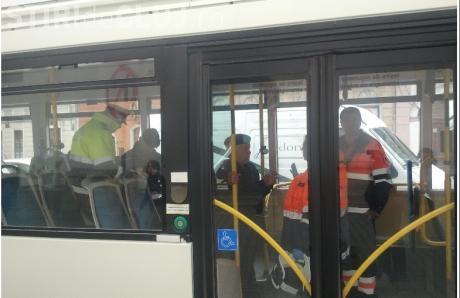 O bătrână de 70 de ani din Cluj a fost rănită în timp ce mergea cu autobuzul! Șoferul a încercat sa evite un accident