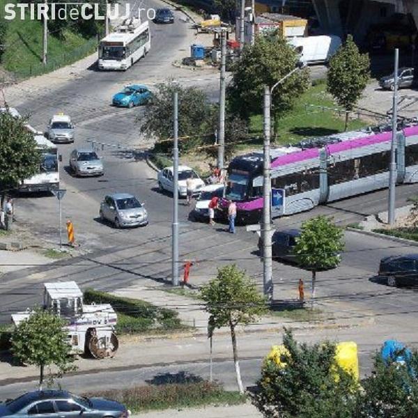 Accident rutier între un tramvai și un Audi la podul Calvaria