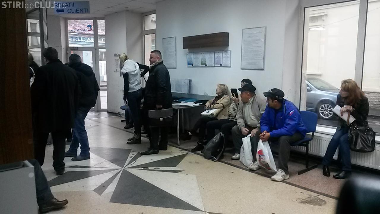 Angajații Electrica Cluj iși bat joc de clienții care stau la coadă. Își bagă în față cunoștințele, deși oamenii asteaptă la rând și câte o oră-VIDEO