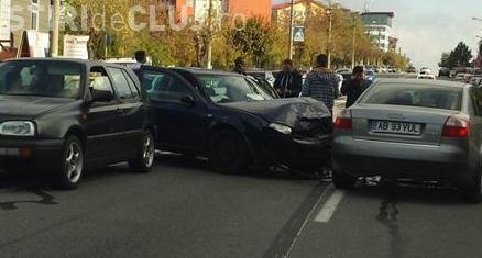 Accident pe Observatorului! Un șofer a lovit mai multe mașini - FOTO