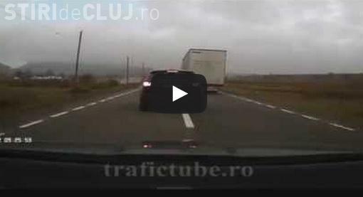 Un șofer și-a pus viața în pericol pe DN 1. Era să ajungă sub roțile unui TIR - VIDEO