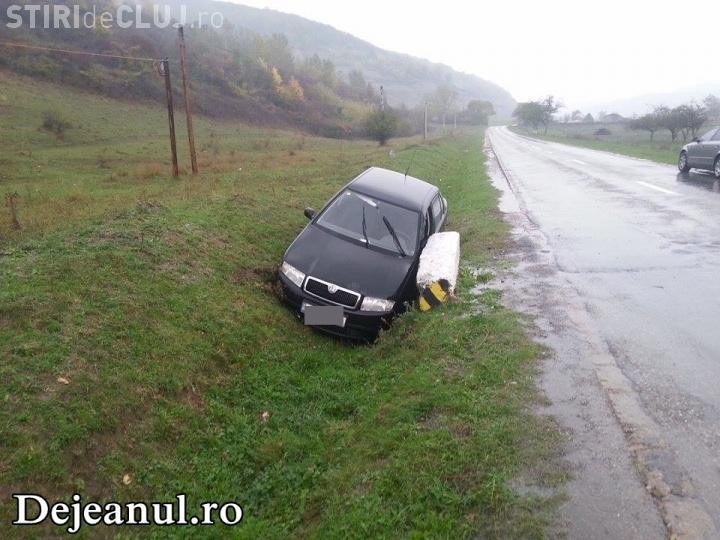 Accident rutier la Cășeiu! Un șofer s-a răsturnat cu mașina în șant din cauza unui utilaj FOTO