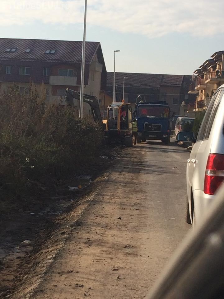 """Cum se asfaltează străzile în Florești: """"Stăm în coloană să se toarne nisip"""" FOTO"""