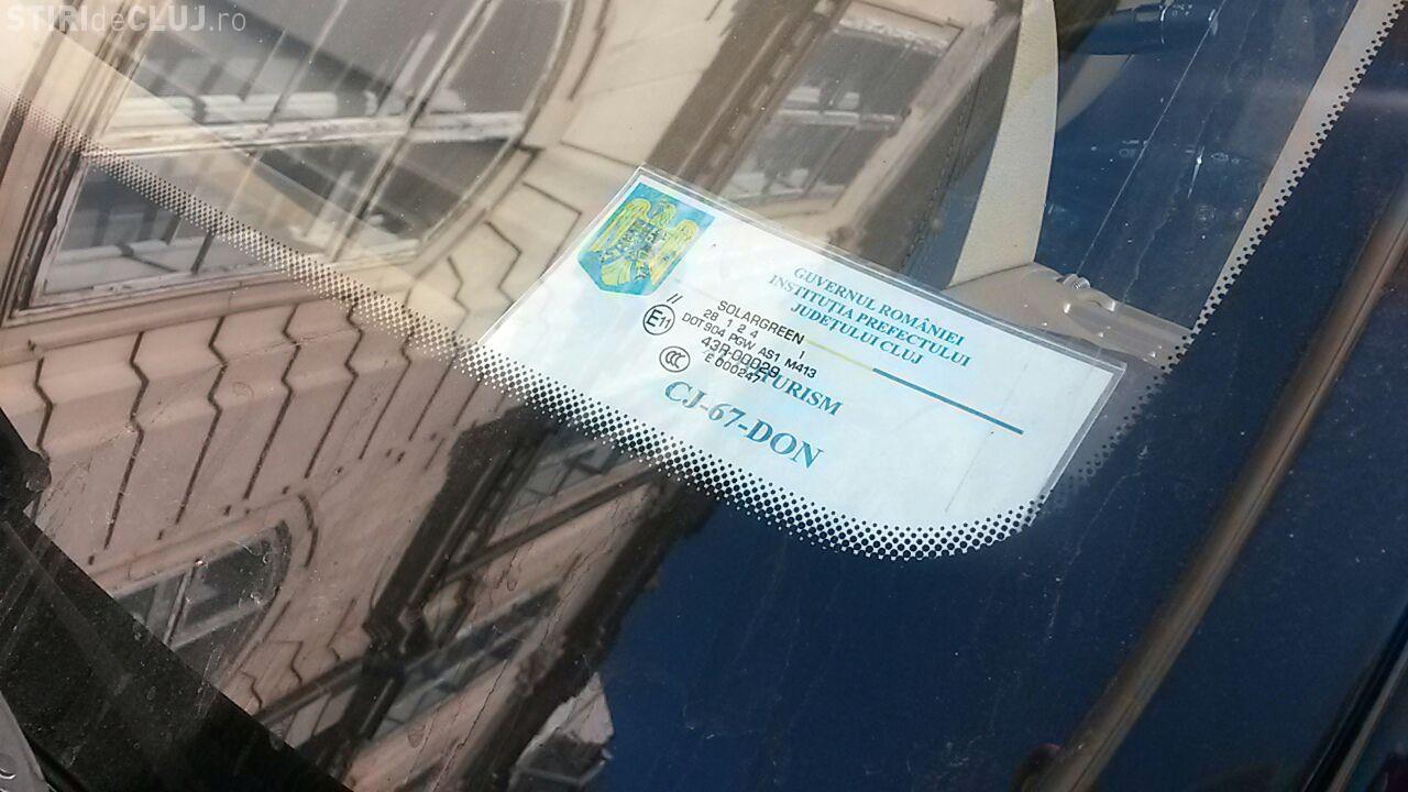 Smecherii parchează cu tupeu în centrul Clujului și profită că au ecuson de Parlament: Parking-ul era peste stradă FOTO