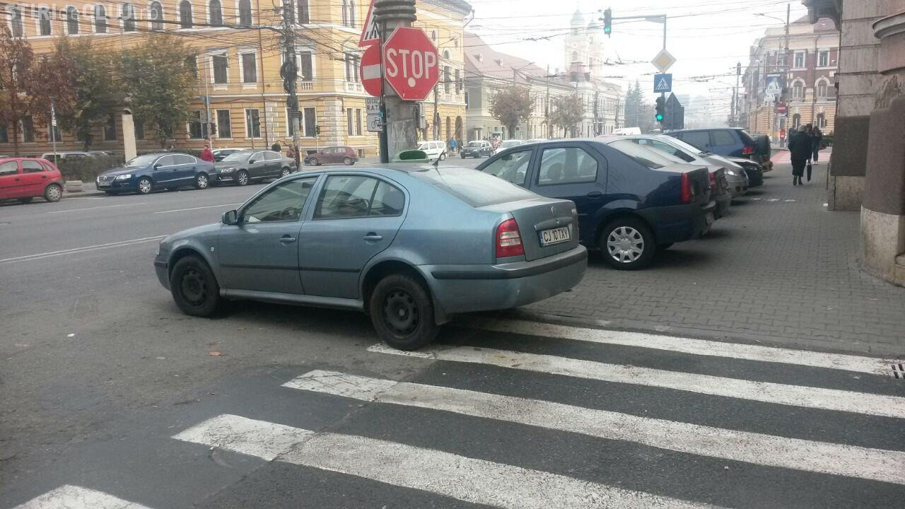 Mașină parcată pe trecerea de pietoni lângă Prefectură: Poliția locală nu o amendează FOTO