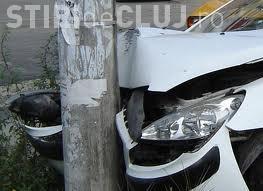 Accident la Gilău! Un șofer a intrat într-un stâlp și l-a rupt