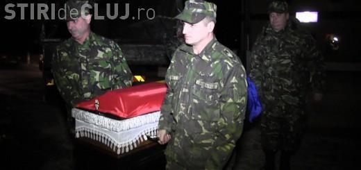 Unul dintre militari morți la Sibiu, primit un aplauze la Bonțida de localnicii îndurerați - VIDEO