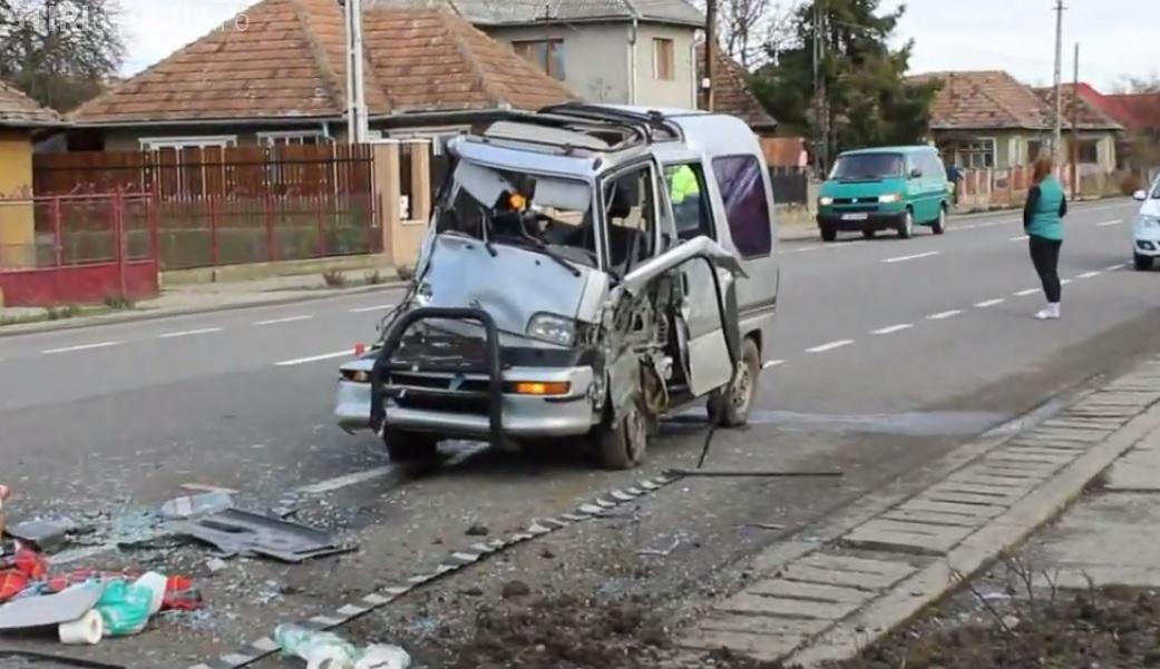 """Accident la Iclod! Un șofer a lovit un gard și și-a făcut mașina """"acordeon"""" - VIDEO"""
